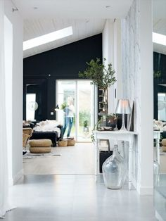 Love the black walls and white floors. by decor design Room Interior Exterior, Home Interior, Interior Architecture, My Living Room, Home And Living, Living Spaces, Black Accent Walls, Le Logis, Dark Walls