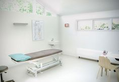 Osteopathie praktijk Roosendaal,Courtesy of Gido van Zon Clinic Interior Design, Clinic Design, Medical Office Decor, Hospital Design, Massage Room, Treatment Rooms, Physical Therapy, House Design, Couch