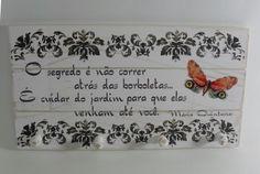 Quadro em madeira , com 4 pinos de para porta chaves . Medidas 28 x 15 cm. Poema Mario Quintana.