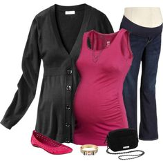 Maternity Outfit - Make sure to check out her five super cute fall maternity outfit. She only uses maternity clothes from Target, H&M, and Old navy. They are so cute! #maternityfashion