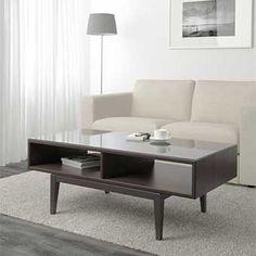 Table basse de couleur en bois brun dans un salon