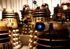 """Doctor Who: Anatomia de um Dalek - Por estranho que pareça os Daleks eram conhecidos por escrever poesia, e alguns dos battlecries Dalek mais elaboradas tinha uma qualidade quase poético sobre eles (por exemplo, """"Advance e Attack Attack and Destroy Destroy and rejoice!"""" e repetição de palavras tais como """"prever Prever Prever!"""" Em uma realidade alternativa, os Daleks mostrou um carinho para as obras de William Shakespeare."""