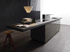 Stilvoll: Eine Kücheninsel als Anlaufstelle, mit überstehender Arbeitsplatte, die sich als Bar und Tisch anbietet. (Foto: Valcucine, Artematica)