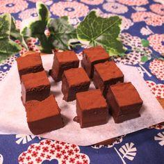 「とろける!究極の生チョコ」の作り方を簡単で分かりやすい料理動画で紹介しています。入れた瞬間に、口の中でとろける!!!ブランデーの香りが華やかな、贅沢な味わいの生チョコです。手順とコツさえ押さえればとっても簡単に作れちゃいますよ。一度食べたらヤミツキのおいしさです!ぜひ作ってみてくださいね。 Bread Recipes, Sweets, Cookies, Chocolate, Desserts, Connect, Foods, Drink, Postres