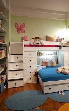 Se la cameretta è una e i figli sono due e per di più un maschio e una femmina, suddividere gli spazi, anche solo visivamente, è difficile m...