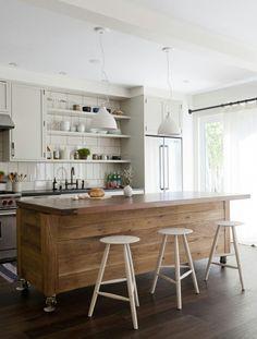 ilot de cuisine en bois et suspension blanches