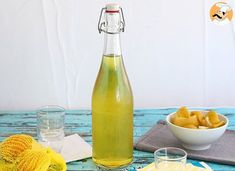 To end perfectly and Italian meal, just drink a drop of this delicious lemon liqueur called Limoncello. - Recipe Drink : Homemade limoncello, the italian. Lemon Liqueur, Italian Drinks, Homemade Limoncello, Panna Cotta, Gourmet Recipes, Healthy Recipes, Fish And Seafood, Clean Eating Snacks, Fresh Fruit