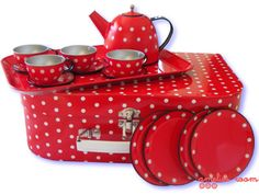 I may change all my red medallion dishes to polka dots!  I love polka dots.