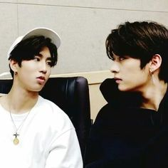 do you look at your bro like that? Stray Kids Seungmin, Baby Squirrel, Kid Memes, Look At The Stars, Lee Know, Lee Min Ho, Minho, K Idols, Pop Group