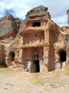 Açık saray/Gülşehir/Nevşehir/// Açık Saray Harabeleri Nevşehir-Gülşehir yolu üzerinde, Gülşehir'e 3 km uzaklıktadir.  Bu kucuk antik yerlesim yerinin Bizanslilar devrinde 10-11 yuzyilda yapildigi tahmin edilmektedir.