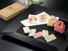 """In Toraya Tokyo Midtown store launched the limited Japanese sweets """"mintdesigns (mintdesigns). いよいよ本日からスタートする「東京発 日本ファッション・ウィーク(JFW)」!10月19日(月)〜25日(日)の期間中、そのメイン会場である東京ミッドタウンと日本を代表するデザイナーのおいしいコラボレーションにも注目。とらや 東京ミッドタウン店では、「mintdesigns(ミントデザインズ)」「THEATRE PRODUCTS(シアタープロダクツ)」との限定和菓子を発売。ミントデザインズは、ビー玉がイメージのゼリーにあんこ玉を閉じ込めた生菓子と、オリジナルモチーフが浮き上がる三盆糖を使用した干菓子。バッグにロゴが施されたシアタープロダクツの生菓子は、ういろうをベースに求肥が入っていて食感も楽しめそう。キュートなこの和菓子は、自分へのご褒美にはもちろん、おもたせにしてもファッショニスタの心をつかむはず!生菓子¥420、干菓子¥1,155"""
