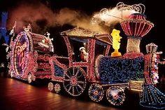 「東京ディズニーランド・エレクトリカルパレード・ドリームライツ」のクリスマス限定衣装に注目 - UGOSHA+ [ウゴシャプラス]