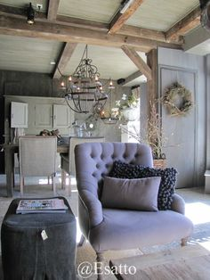 A touch of color. Gray Interior, French Interior, Home Interior, Interior Decorating, Interior Design, Small Living Room Design, Home Living Room, Living Spaces, French Style Homes