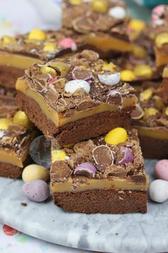 Buttery Chocolate Shortbread, Homemade Caramel, Milk Chocolate, and Easter Treats make the most delicious Easter Chocolate Millionaires Shortbread! So as its Easter season, I thought. Shortbread, Cheesecake Recipes, Dessert Recipes, Egg Desserts, Traybake Cake, Janes Patisserie, Easter Treats, Easter Food, Easter Cake