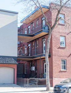 Revêtement extérieure et balcon Construction, Multi Story Building, Mansions, House Styles, Outdoor Decor, Home Decor, Balconies, Floor, Building