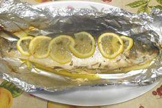 Il branzino al cartoccio, un secondo piatto molto facile da preparare ma particolarmente gustoso, esalta bene la morbidezza e la delicatezza di questo pesce