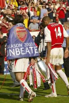 The Invincibles with the title by Stuart MacFarlane fc Arsenal Fc, Arsenal Players, Arsenal Football, Football Soccer, Bramall Lane, Sea Wallpaper, Thierry Henry, Major League Soccer, All Blacks