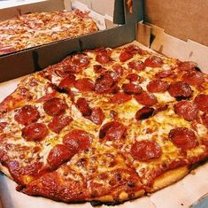 Find images and videos about food, pizza and dinner on We Heart It - the app to get lost in what you love. I Love Food, Good Food, Yummy Food, Just Pizza, 17 Kpop, Sleepover Food, Junk Food Snacks, Snack Recipes, Cooking Recipes