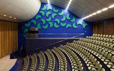 O auditório do hospital projetado por Lelé, em Brasília, tem painel acústico criado por Athos Bulcão. Foto: Nelson Kon
