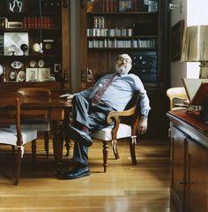 Umberto Eco, chez lui, en Italie, en 2005. Writers And Poets, Writers Write, Eco Umberto, Man Smoking, Self Publishing, Book Of Life, Famous Faces, Artist At Work, Reading