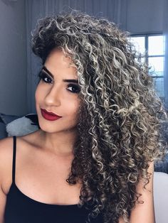 The ombre hair trend has been seducing for some seasons now. More discreet than tie and dye, less classic than sweeping, this new technique of hair. Ombré Hair, Hair Art, Hair Inspo, Hair Inspiration, Really Curly Hair, Curly Hair Styles, Natural Hair Styles, Best Wigs, Colored Curly Hair