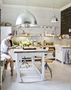uma mesa de apoio no centro da cozinha facilita o preparo.