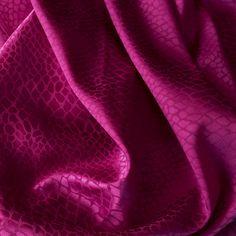 #Seide Jacquard stretch violett – Sehr weicher, anschmiegsamer und glänzender #Seidenstoff. Geeignet für Blusen, Kleider, Tops, weite Hosen und Röcke.  Breite in cm: 110 Tops, Baggy Trousers, Scarves, Gowns