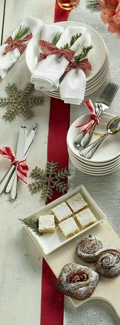 Mesa de Buffet Para o Natal Christmas Table Settings, Christmas Tablescapes, Christmas Table Decorations, Wedding Decorations, Tree Decorations, Noel Christmas, Winter Christmas, Christmas Crafts, Christmas Buffet