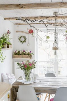 With spring flowers in the March and Tea Winner - New Deko Sites Spring Decoration, Fall Decor, Holiday Decor, Deco Nature, Boho Home, Cottage Style Homes, Country Farmhouse Decor, Romantic Homes, Moroccan Decor