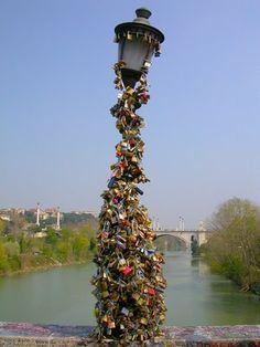 Liebesschlösser auf einer Laterne in Rom
