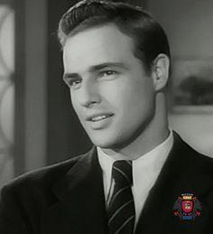 Marlon Brando, né le 3 avril 1924 à Omaha et mort le 1er juillet 2004 à Los Angeles, est un acteur et réalisateur qui est considéré comme l'un des plus grands et des plus influents acteurs américains du xxe siècle. L'American Film Institute l'a classé « 4e acteur de légende ». |  http://kazi.info/1ypphYj