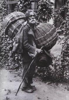 Kosaras cigány / Basket seller gipsy. Dicsőszentmárton, 1911. Adler Artúr felv.