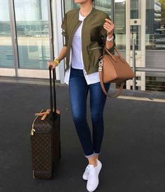 green-jacket-traveling-style- bomber jacket- Simple casual fall outfits for women