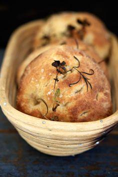 Surdejsfoccacia – Små foccaciabrød – The Food Club Herb Bread, Cooking Bread, Food Crush, Bread Rolls, Daily Bread, Fresh Herbs, Food Inspiration, Italian Recipes, Baked Goods