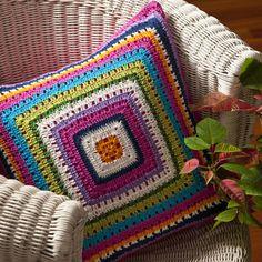 Capa de Almofada Quadrado Infinito - 100% Sarja / Crochê - Bordado à mão. Produto Exclusivo Alfaias, por R$169