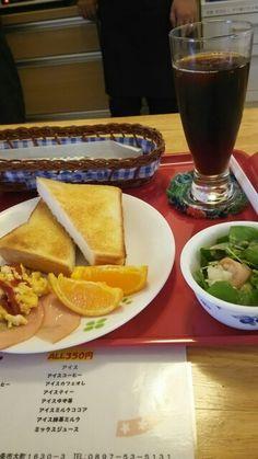 今日のお昼ごはんはトーストセットとアイスコーヒーいただいています。