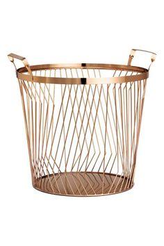 En stor trådkorg i metall med dubbla handtag upptill. Large Wire Basket, Wire Basket Storage, Wire Storage, Wire Baskets, Storage Bins, Round Basket, Living Room Storage, Bedroom Storage, Home And Deco