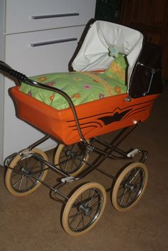 Puppenwagen der 70er Jahre Kult pur in orange /braun Pram Stroller, Baby Strollers, Silver Cross Prams, Orange Braun, Bring Up A Child, Dolls Prams, Baby Prams, Baby Carriage, Strollers