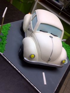 Handcarved VW Beetle, made for a celbration at VW. no pressure! Unique Cakes, Creative Cakes, Fancy Cakes, Cute Cakes, Fondant Cakes, Cupcake Cakes, Fondant Bow, 3d Cakes, Fondant Tutorial