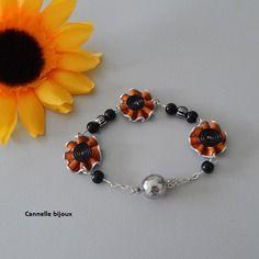 Bracelet capsules orange forme petites fleurs et perles de verre noires