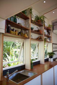 Dieses benutzerdefinierte gestaltete kleine Haus hat eine kleine Terrasse, ein gemütlicher Aufenthaltsraum, eine Küche mit einem ausklappbaren Tisch, eine ausziehbare Bett, einem entspannenden Loft.