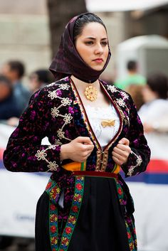 Festa Sant' efisio Beautiful Muslim Women, Beautiful People, Folk Costume, Costumes, Global Style, Caucasian Race, Ethnic Fashion, World Cultures, Traditional Dresses