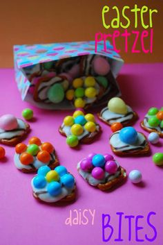 Easter Pretzel Daisy Bites: Love these -they are super cute and super easy to put together! 1 Bag of Small square or small pretzels - white chocolate chips or candy melts - I Bag of M & M's. Hoppy Easter, Easter Eggs, Easter Food, Easter Bunny, Easter Table, Spring Treats, Easter Treats, Easter Cookies, Candy Melts