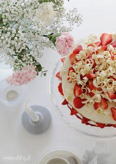 Kakku kruunaa kevään juhlat | Esmeralda's Coconut Flakes, Panna Cotta, Spices, Table Decorations, Ethnic Recipes, Party, Food, Fiesta Party, Essen