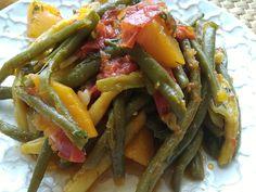 Zelená fazuľka patrí medzi moju najobľúbenejšiu zeleniny. Vždy sa veľmi teším na sezónu, lebo niet nad čerstvú, odtrhnutú z kríčku.Fazuľka je varená v oleji, tento spôsom sa často používa na úpravu zeleniny v Grécku aj v Turecku