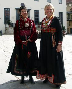 Magasinet Bunad : Enda en flott Bunad-dag på Norsk Folkemuseum i 2006 Norwegian Clothing, European Clothing, Folk Clothing, Medieval Dress, Folk Costume, People Of The World, World Cultures, Traditional Dresses, Norway