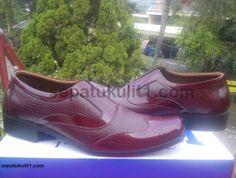 Jual Sepatu Kulit Pria Model Formal Asli Handmade >>> Kode Sepatu: R24 >>> Rp 385.000 >>> Sepatu Pria Model Pantofel >>> Bahan Kulit Sapi Asli Motif Kulit Buaya >>> Size 41 (bisa pesan untuk size yang berbeda).