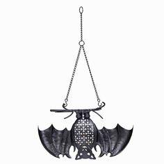 Lepakkojen yö -somiste  p92285   Metallia. Voidaan ripustaa ylösalaisin tai asettaa pöydälle. Mukana kirkas votiivilasi. Korkeus 13 cm, ketjun pituus 25 cm. (Votiivilasissa: Votiivi, Tuikkiva)