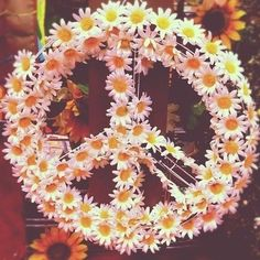 DIY Daisy peace sign wreath. Anyone who knows me, knows I love peace signs.
