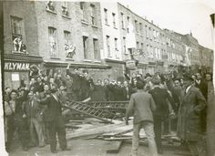 On 4 October 1936 the people of the East End halted the march of Oswald Mosley's Blackshirts through Stepney . The Battle of Cable Street, as the events have come to be known, is symbolic of community rejection of racism and fascism. East End London, South London, Old London, Diesel Punk, World Conflicts, London History, Photo Report, Power To The People, Historical Pictures
